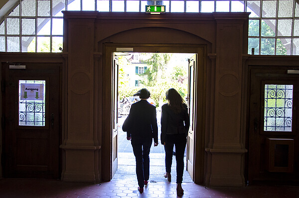 The picture shows to persons leaving the Heidelberg University of Education through the main door